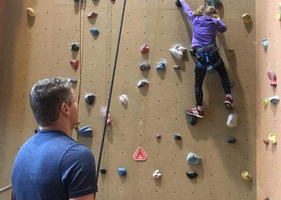 Vader dochter klimmen